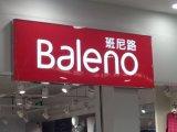 Il segno illuminato del negozio segna i segni con lettere della casella chiara