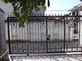 Cancello classico dell'entrata del ferro saldato