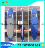 Godere di di praticare il surfing gli sport di acqua gonfiabili si levano in piedi in su Paddleboard
