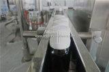 Petróleo esencial que llena tapando la máquina que capsula