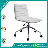 白い現代オフィスの椅子の家具