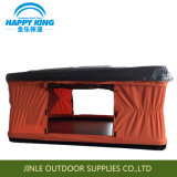 普及したキャンプテントの屋根の上のテント
