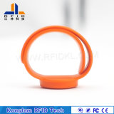 De waterdichte Armband van het Silicone RFID van de Douane 13.56MHz Slimme voor De Kaartjes van het Pretpark