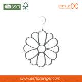 La flor formó la percha de ropa de los lazos del terciopelo con doce pétalos