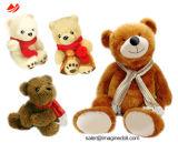 赤ん坊はクリスマスの毛皮で覆われた動物のプラシ天猫犬のおもちゃの人形をからかう