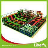 lugar colorido de Trampoline com Rope Course
