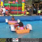 Divertido inyectar el barco plástico del pedal del cabrito del carnaval