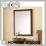 厚遇の灰色の長方形の木の浴室の壁ミラーフレーム