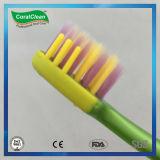 微笑の表面デザインは小さいギフトが付いている歯ブラシをからかう
