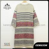 Suéter largo hecho punto de la rebeca de las mujeres