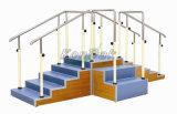 Escaleras de madera del entrenamiento del centro de rehabilitación que recorren