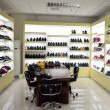 Диабетик людей обувает глубокие ботинки