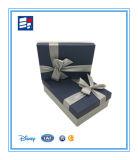きれいなギフトのリボンが付いている包装の白く堅いボール紙の紙箱