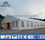 Grande barraca do partido do dossel com as decorações para o festival