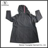 Rivestimento incappucciato di Softshell delle donne respirabili impermeabili nere di Microfleece stampate Ys-1067