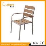 単一の庭の腰掛けのテラスの家具はどれもプラスチック木製アルミニウム食堂の椅子を武装させない
