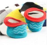 モザイクカラーOEMによってとかされる綿のスリップ防止足首のソックス