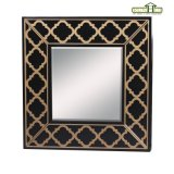 Frame de madeira do espelho no revestimento de madeira do crepúsculo