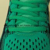 뜨개질을 하는 갑피를 가진 스포츠 단화를 달리는 다채로운 여자의 운동화