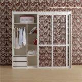 Modernes weißes hölzernes Garderoben-Schlafzimmer