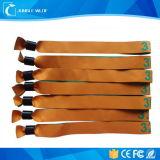 Верхнее качество широко использует горячие Wristbands ткани празднества сбывания