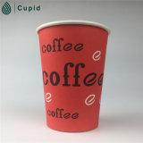 A única parede coloca 100% Compostable leva embora o copo de papel do café
