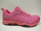 かわいいピンクは運動靴の方法スニーカーをひもで締める