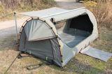 屋外にテントのキャンプの二重盗品のテントを折る卸売