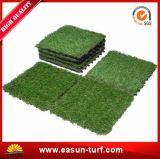 Estera de hierba artificial plástica que se enclavija de la mirada natural para el patio de los niños