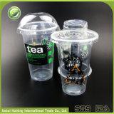 Plástico descartável copos isolados do suco desobstruído com tampas
