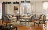 木フレーム及び古典的な表が付いているアメリカの旧式なソファーセットは居間のためにセットした
