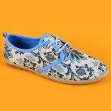 Segeltuch-Blumen-Drucken der Frauen schnürt sich verursachendes oben die blauen und weißen Espadrille-Schuhe