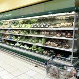 La vetrina refrigerata supermercato/apre il frigorifero della visualizzazione per la bevanda, la verdura e la frutta