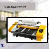 FM-358 350mm heiße Rollenlaminiermaschine auf dem Schreibtisch