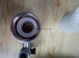 El filtro de agua del grifo de la cocina del hogar