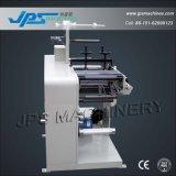 Uma máquina cortando completamente impressa da etiqueta adesiva da cor