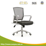 コンピュータの椅子またはオフィスの椅子か網の椅子