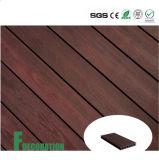 Plancher extérieur en bois du composé WPC de coextrusion dans la région de loisirs