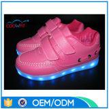 Zapatos ligeros inferiores de los cabritos de MOQ LED recargables con la carga del USB