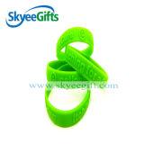 Fulgor dos braceletes do silicone no bracelete escuro do tear do silicone