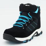 Люди делают напольные спорты водостотьким обуви Hiking ботинки