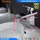 Современный смеситель тазика водопада СИД ванной комнаты светлый