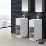 現代石造りの浴室の固体表面の洗面器