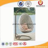 Figura dell'uovo che appende intorno alla presidenza esterna dell'oscillazione del rattan (UL-B6081.)