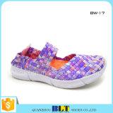 方法によって編まれる平たい箱の靴