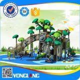 Im Freienspielplatz-Kind-grosses Baum-Plastikspielzeug