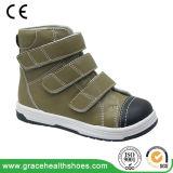 La salud de la tolerancia calza los zapatos ortóticos de los niños