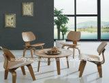 Desensamblar la silla del café del perrito de la madera contrachapada