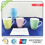 Tasse blanche élevée multicolore de porcelaine avec l'étiquette