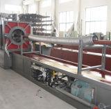 Tubo complicado del metal que hace la máquina